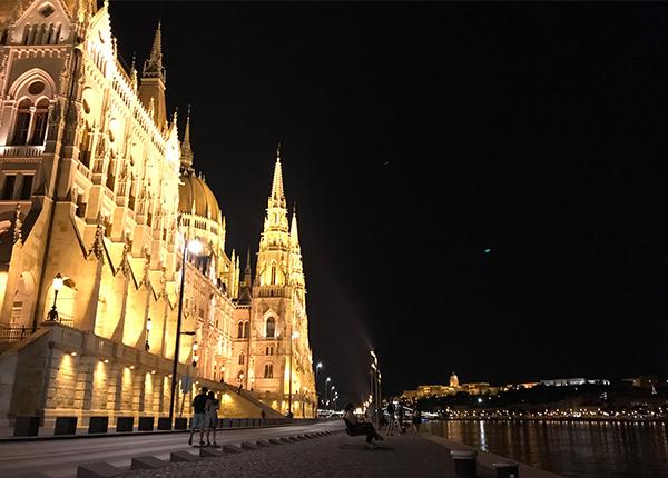 夜のブダペスト国会議事堂