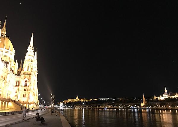 ブダペスト国会議事堂(左)とブダ城(右)