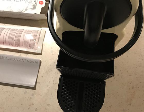 使用済みのコーヒーカプセルを捨て、トレーを洗浄する